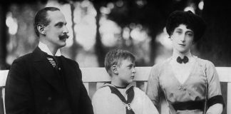 King Haakon VII, Queen Maud and Crown Prince Olav in 1913 | George Grantham Bain Collection - Public domain.
