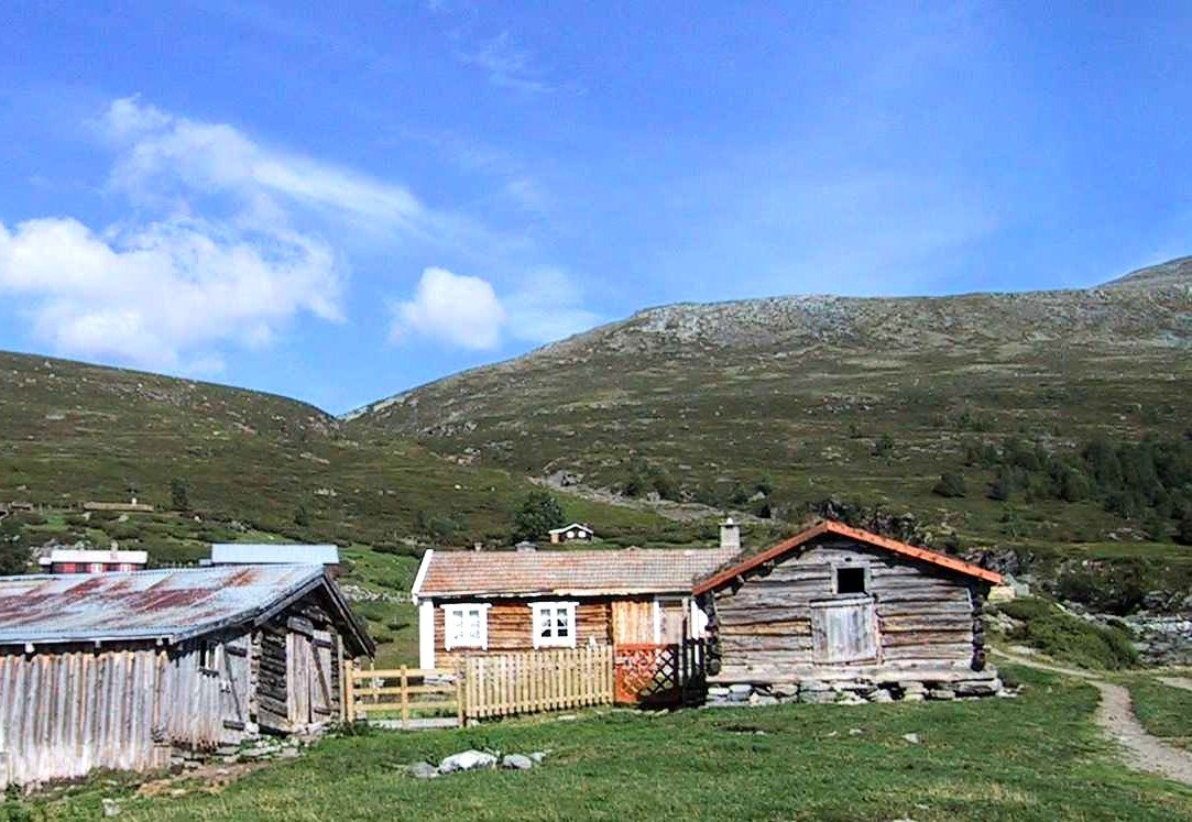 A summer dairy at Lesja in Gudbrandsdalen | Photo: Williamborg - wikipedia.org - GNU Free Documentation License.
