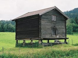 The stabbur at Søre Mykstu (Veslemykstu) farm, Rollag, Buskerud.   Photo: Mahlum - wikimedia.org.