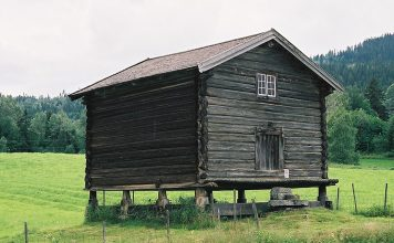 The stabbur at Søre Mykstu (Veslemykstu) farm, Rollag, Buskerud. | Photo: Mahlum - wikimedia.org.