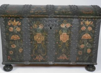 Chest from 1697. Restoration work performed 1815 - probably by the artist Olav Hansson (1750-1820). | Photo: Anne-Lise Reinsfelt - Norsk Folkemuseum NF.1917-0171 - CC BY-SA.