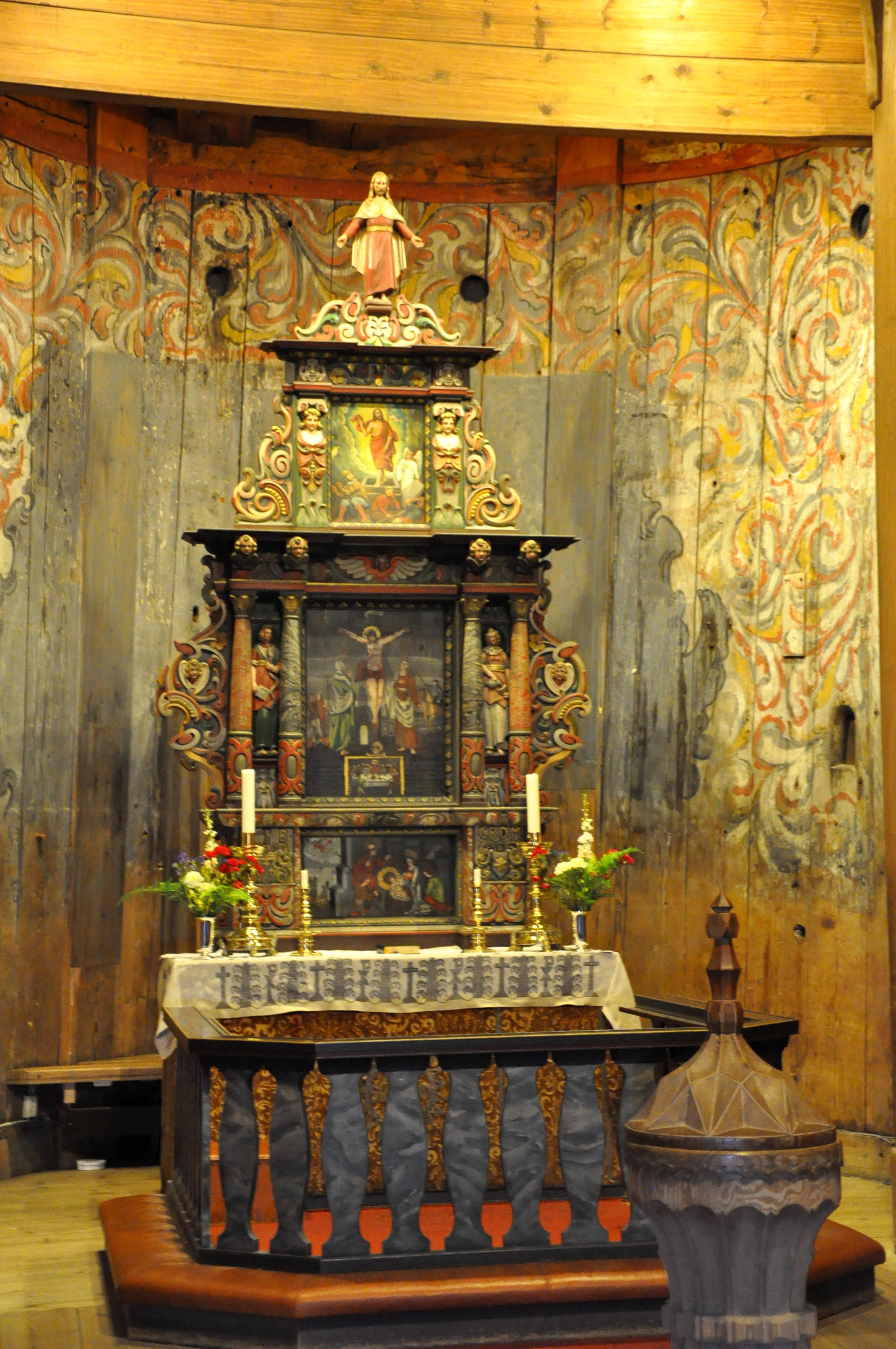 Heddal stave church - alter. | Photo: Jun Kwang Han - wikimedia - CC BY-SA.