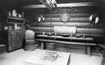 Kjellebergstua from Valle in Setesdal. King Oscar II's collection, Norsk Folkemuseum, Oslo. | Photo: Axel Lindahl - Norsk Folkemuseum - Public domain.