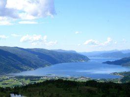 The Surnadal fjord 2007. | Photo: banangraut - wikimedia - Public domain.