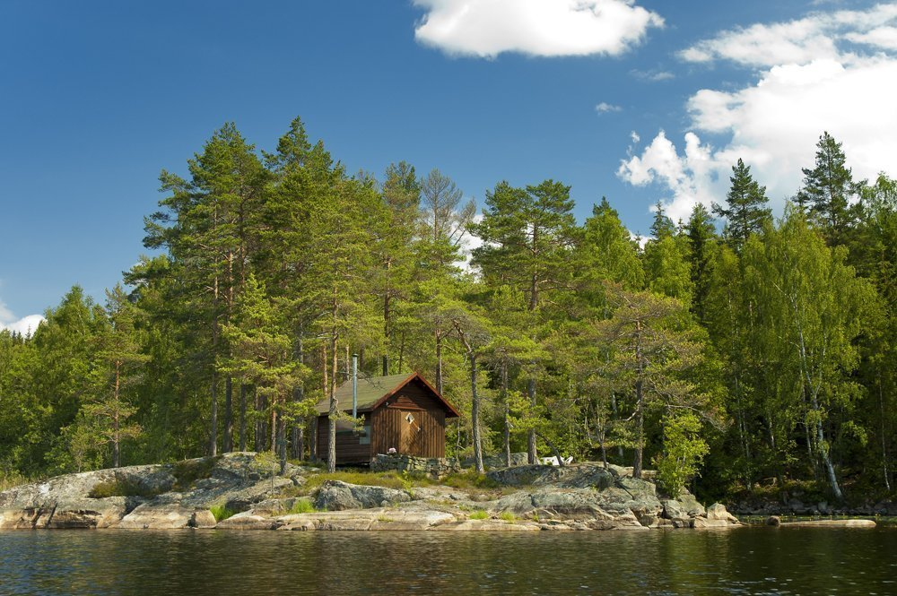 A small cabin - in the forest - by a lake: the dream place in many a Norwegian's mind. | Photo: Oleg Golikov - adobe stock - copyright.