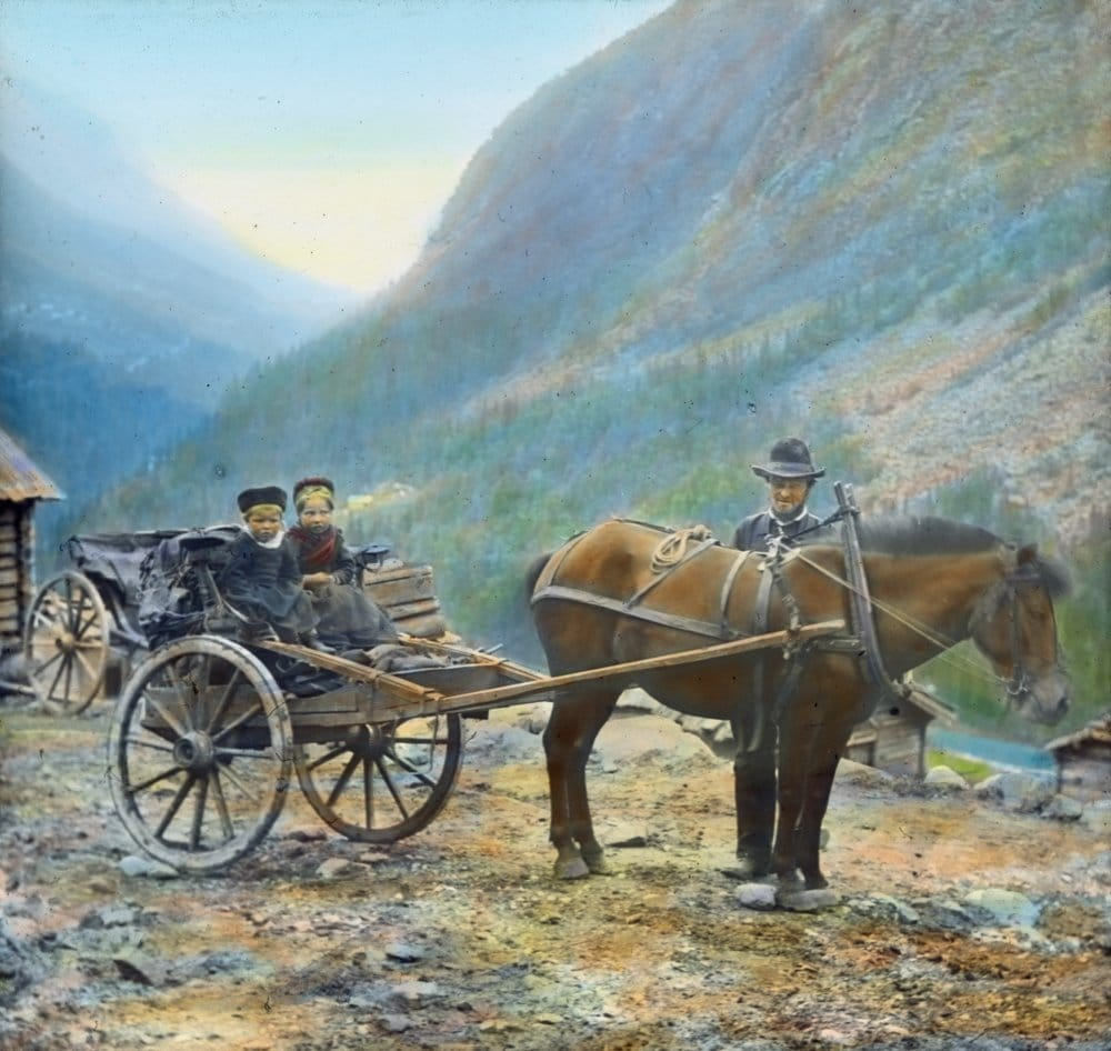 Ready for the journey. Hand-coloured photo, taken in Krokan, Tinn, Telemark, Norway. | Photo: Anders Beer Wilse - digitaltmuseum.no DEX_W_00155 - CC BY.