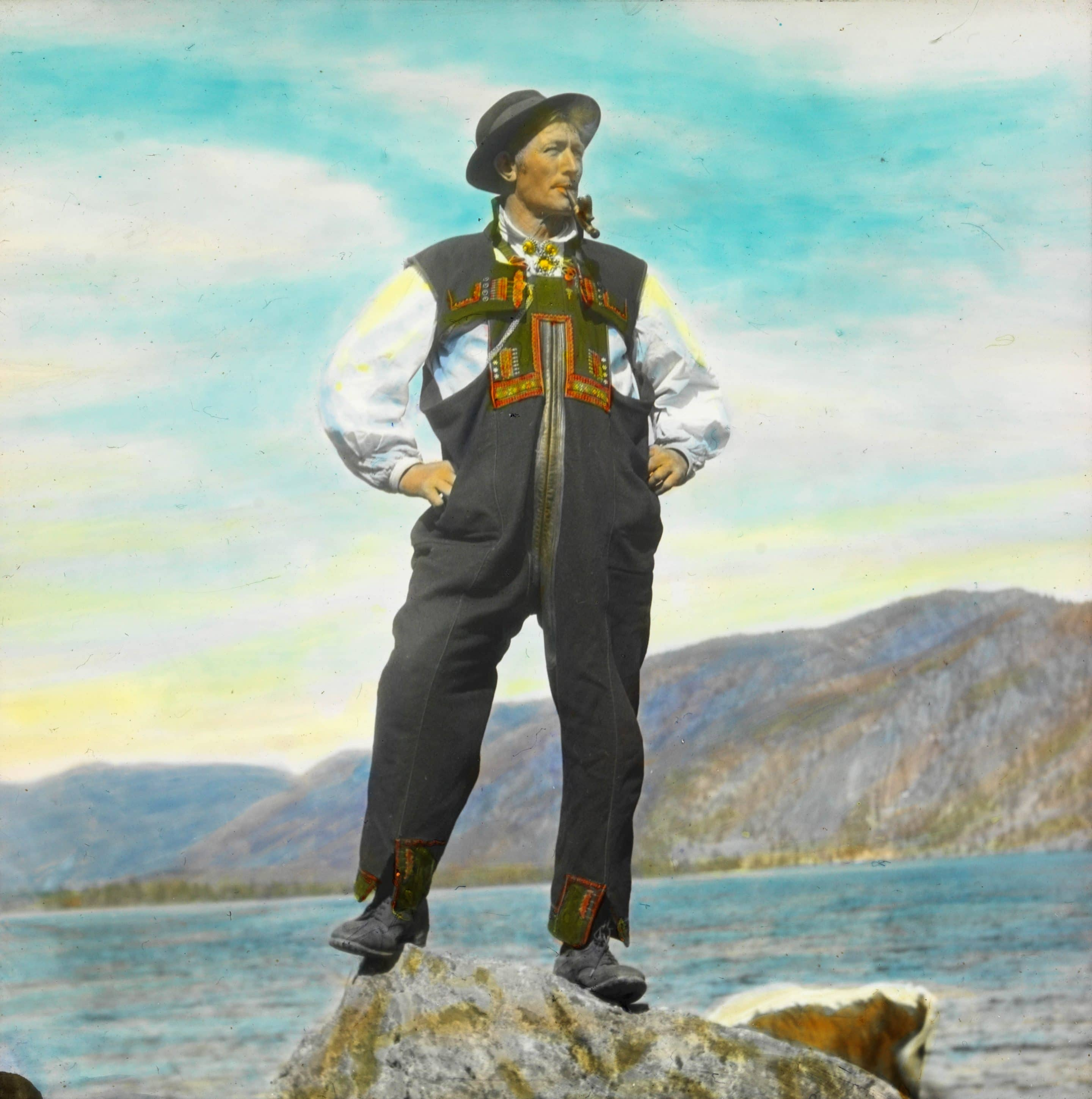 Mouth-harp-maker and musician Mikkjel Kåvenes (1872-1939), posing in his folk costume from Setesdal, Agder, Norway in 1934. | Photo: Anders Beer Wilse - digitaltmuseum.no DEX_W_00232 - CC BY.
