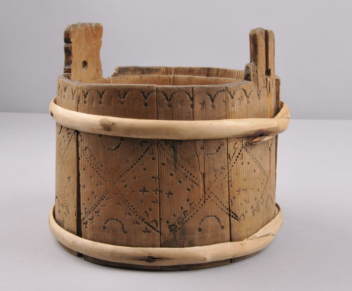 A wooden bucket - pail - used for the storage of butter or when milking the cow. | digitaltmuseum.no KVB.0030 - CC BY-SA.