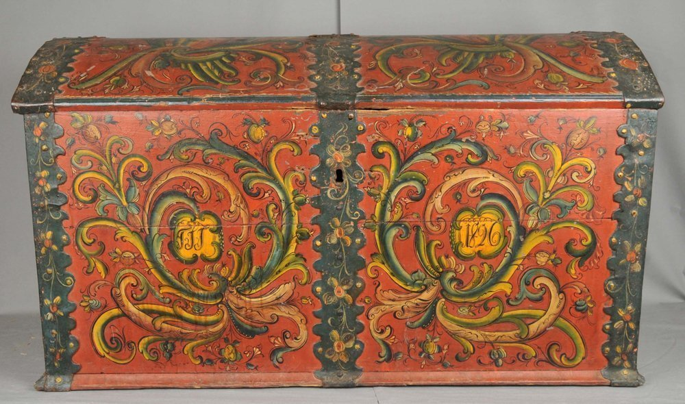 Norwegian rose painted - rosemalt - chest from Teigland, Hjartdal, Telemark. Assumed artist is Hans Olavson Glittenberg. Inscription year 1826. Kept at Vest-Telemark Museum, Telemark. | Photo: Vest-Telemark Museum - digitaltmuseum.no LB.00227 - CC BY-SA.