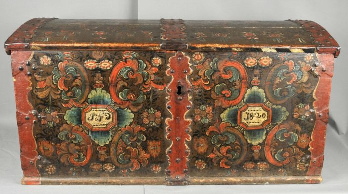 Norwegian rose painted - rosemalt - chest from Gransherad, Telemark. Assumed artist is Olav Busnes. Inscription year 1820. Kept at Vest-Telemark Museum, Telemark. | Photo: Vest-Telemark Museum - digitaltmuseum.no MLA.212 - CC BY-SA.