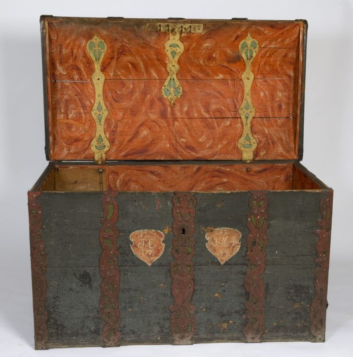 Norwegian rose painted - rosemalt - chest. Artist and original location unknown. Inscription years 1703 and 1784. Kept at Norsk Folkemuseum, Oslo. | Photo: Anne-Lise Reinsfelt - digitaltmuseum.no NF.1901-0211 - CC BY-SA.
