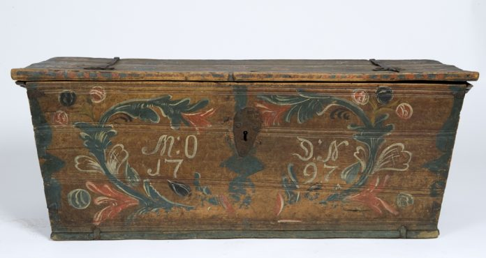 Norwegian rose painted - rosemalt - chest from Åseral, Agder. Assumed artist is Aslak Kolbeinsson Haaland. Inscription year 1797. Kept at Norsk Folkemuseum, Oslo. | Photo: Anne-Lise Reinsfelt - digitaltmuseum.no NF.1919-0867 - CC BY-SA.
