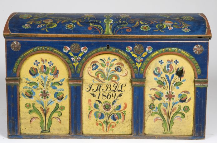 Norwegian rose painted - rosemalt - chest from Fjotland, Kvinesdal, Agder. Artist is Gutorm Persson Eftestøl. Inscription year 1869. Kept at Norsk Folkemuseum, Oslo. | Photo: Anne-Lise Reinsfelt - digitaltmuseum.no NF.1921-2016 - CC BY-SA.