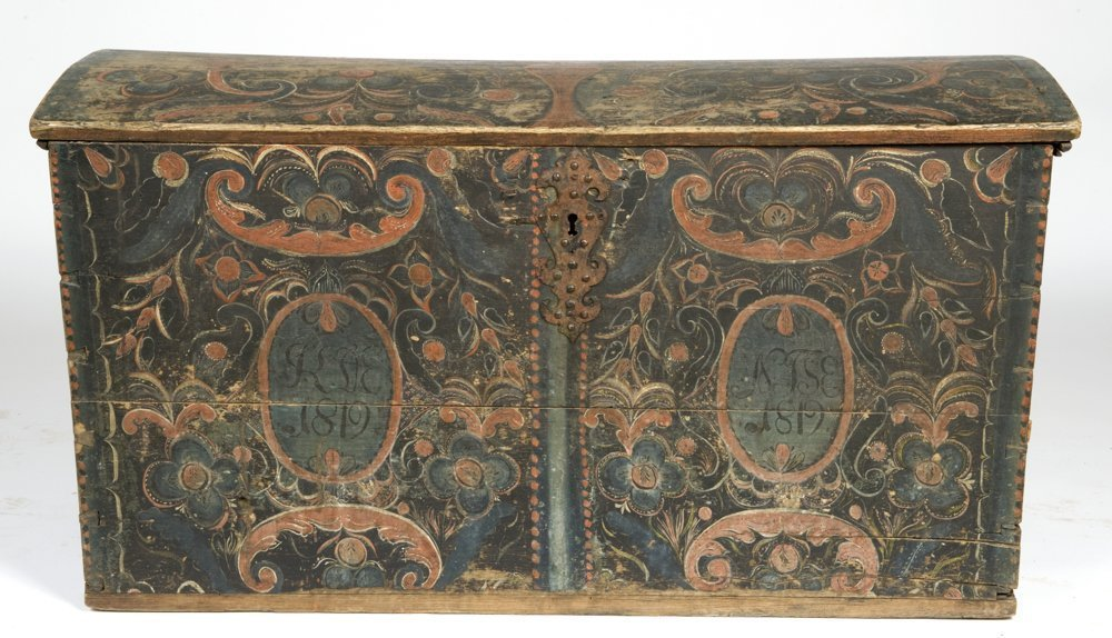 Norwegian rose painted - rosemalt - chest from Åseral, Agder. Artist unknown. Inscription year 1819. Kept at Norsk Folkemuseum, Oslo. | Photo: Anne-Lise Reinsfelt - digitaltmuseum.no NF.1922-0539 - CC BY-SA.