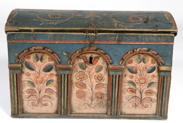 Norwegian rose painted - rosemalt - chest from Fjotland, Kvinesdal, Agder. Belonged to Borel Jarkobson Lindeland. Artist unknown. Inscription year 1829. Kept at Norsk Folkemuseum, Oslo. | Photo: Anne-Lise Reinsfelt - digitaltmuseum.no NF.1922-1668 - CC BY-SA.