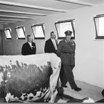 King Olav V of Norway inspecting the cows. Ekeberg, Oslo in 1959. | Photo: Leif Ørnelund - digitaltmuseum.no OB.Ø59_1527b - CC BY-SA.