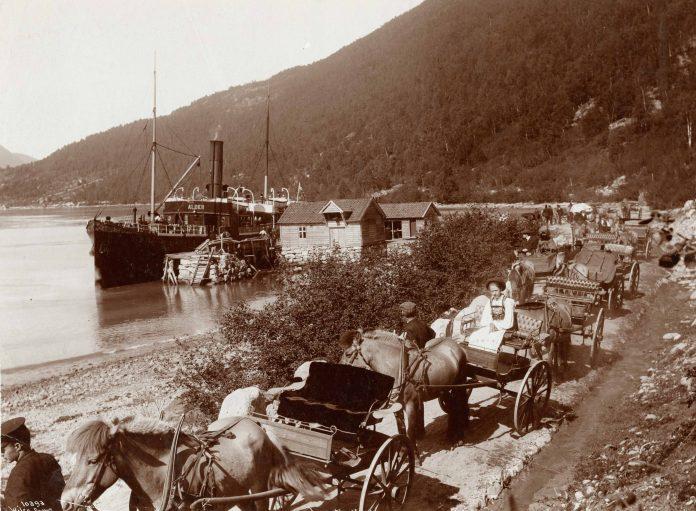 The steamer Alden, Loen, Stryn, Sogn og Fjordane.   Photo: Anders Beer Wilse - kulturminnebilder.ra.no T309_01_0034 - Public domain.