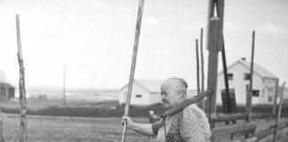 Lina Karstenstuen getting water from the well in 1952. Skytragutua, Romedal, Stange, Hedmark, Norway.   Photo: Normann Helger - digitaltmuseum.no 0417-04645 - public domain.