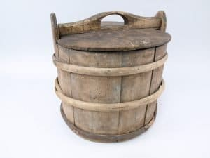 A wooden container - for the storage or transport of food: milk, porridge, butter, cheese and more. From Johannesbruket, Løkja, Norfjordeid, Eid, Sogn og Fjordane, Norway. | Photo: Nordfjord Folkemuseum - digitaltmuseum.no NFM.0000-02635 - cc by-sa.