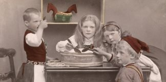 Children eating porridge. At Christmas time, judging by the boy's hat. Hand-coloured photo - taken around 1890. | Photo: Oslo Museum - digitaltmuseum.no OMu.F24025ø - cc by-sa.