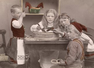 Children eating porridge. At Christmas time, judging by the boy's hat. Hand-coloured photo - taken around 1890.   Photo: Oslo Museum - digitaltmuseum.no OMu.F24025ø - cc by-sa.