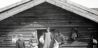 Visiting the milkmaid and her goats at the seasonal summer pasture farm. The location is Ringsaker, Hedmark, Norway - and the photo is taken around 1900. | Photo: Ole Hansen Løken Domkirkeodden - digitalmuseum.no HHB-09482 - public domain.