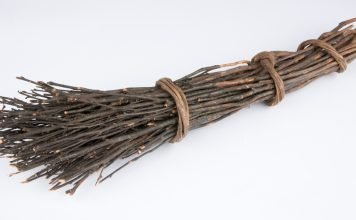 A simple Norwegian floor sweeper made of sticks. | Photo: Roger Berg - digitalmuseum.no SA.04148 - CC BY-SA.