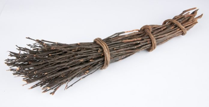 A simple Norwegian floor sweeper made of sticks. | Photo: Roger Berg - digitalmuseum.no SA.04148 - CC BY-SA.