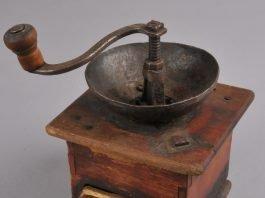 Old Norwegian coffee grinder. The Norwegian word is «kaffekvern» - or in local Telemark dialect: «kvenn». | Photo: Vest-Telemark Museum - digitaltmuseum.no KVB.0088 - cc by-sa.