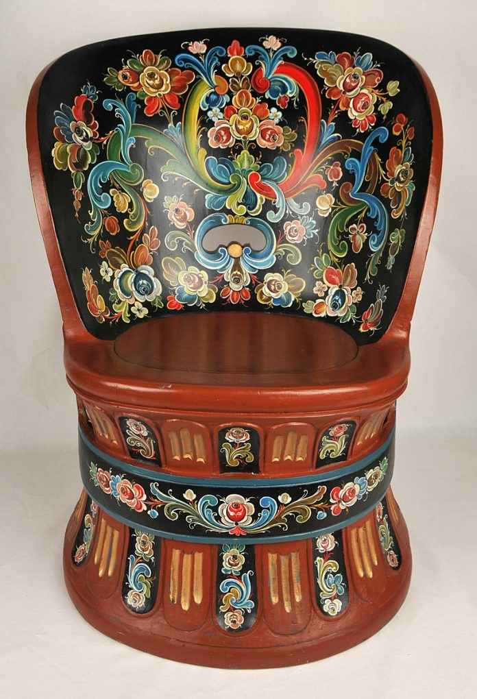 A rose painted and hollowed out wooden chair from Lunde, Telemark, Norway. The woodwork is by Sigurd Teigland - and the painting by Knut K. Hovden. The wood was taken from the root of a pine tree from Presteheide. | Photo: Vest-Telemark Museum - digitaltmuseum.no LB.03426 - cc by-sa.