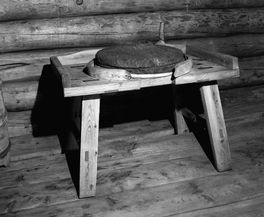 A Norwegian handmill - or quern - from Oppdal, Trøndelag. Grinding the grain into flour was hard work, and a task performed by the women. | Photo: Norsk Folkemuseum - digitaltmuseum.no NFL.17568 - cc by.sa.