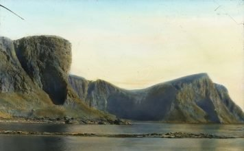 Birds' nesting cliffs on the island of Værøy, Lofoten, Nordland, Norway. Hand-coloured photo from the early 1900s. | Photo: Anders Beer Wilse - digitaltmuseum.no DEX_W_00095 - cc by-sa.