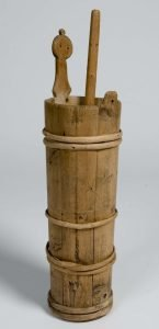 Old butter churn dated 1850. The wooden stick used to make the butter is called a plunger. From Finnmark, Norway. | Photo: Anne-Lise Reinsfelt Norsk Folkemuseum - digitaltmuseum.no NFSA.0140AB - cc by-sa.