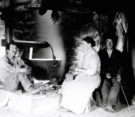 A photo from Hedmark, Norway - around 1900. | Photo: Ole Hansen Løken - digitaltmuseum.no HHB-09484 - public domain.