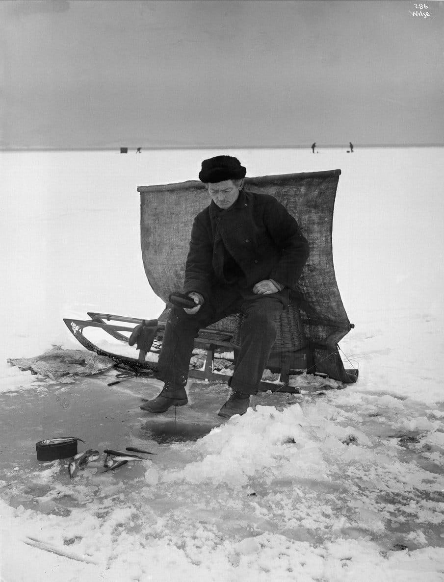 Norwegian ice-fishing i 1902. | Photo: Anders Beer Wilse Oslo Museum - digitaltmuseum.no OB.Y1104 - cc by.sa.
