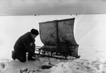 Norwegian ice-fishing i 1902. | Photo: Anders Beer Wilse Oslo Museum - digitaltmuseum.no OB.Y1105 - cc by.sa.