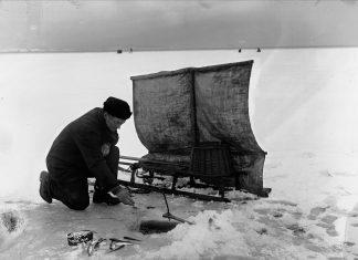 Norwegian ice-fishing i 1902. | Photo: Anders Beer Wilse Oslo Museum - digitaltmuseum.no OB.Y1105 - cc by.sa.