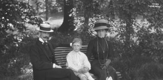 King Haakon, Crown Prince Olav and Queen Maud in the Bygdøy Royal Farm garden, just outside the Oslo city centre. The year is 1911. | Photo: Anders Beer Wilse - nasjonalbiblioteket - public domain.