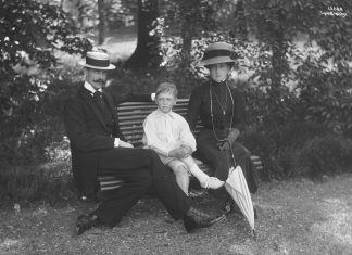 King Haakon, Crown Prince Olav and Queen Maud in the Bygdøy Royal Farm garden, just outside the Oslo city centre. The year is 1911.   Photo: Anders Beer Wilse - nasjonalbiblioteket - public domain.