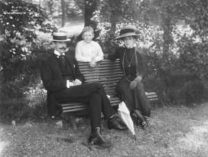 Haakon, Olav and Maud in the gardens at the Bygdøy Royal Farm, just outside the Oslo city centre. The year is 1911. | Photo: Anders Beer Wilse - nasjonalbiblioteket - public domain.