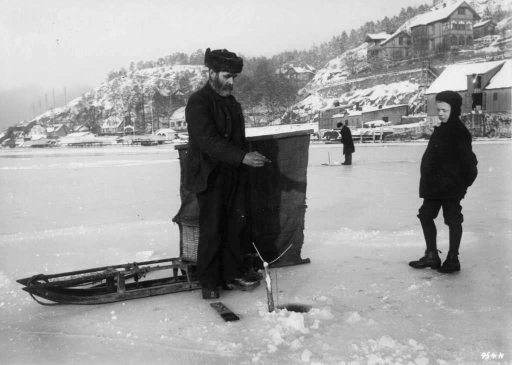 A master at work: watch and learn, my son. The location is Kongshavn, Oslo, Norway - and the year 1908-1910. | Photo: Hermann Christian Neupert - digitaltmuseum.no NF.05271-020 - public domain.
