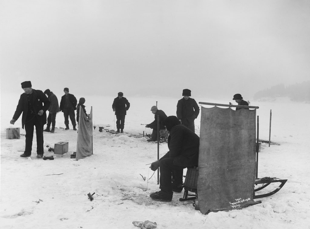 Who will get the greatest catch of the day? Ice-fishing on the Oslofjord. The year is 1908. | Photo: Anders Beer Wilse - digitaltmuseum.no OB.Y1696 - cc by-sa.
