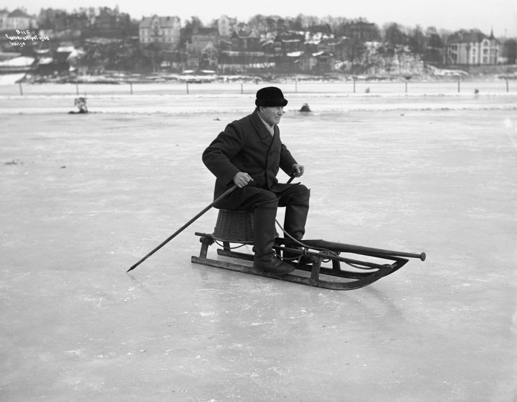 On his way with a clear message from the missus: don't you come back home until today's dinner is in the basket. The location is Frognerkilen, Oslo, Norway - and the year is 1908. | Photo: Ander Beer Wilse - digitaltmuseum.no OB.Y1731 - cc by-sa.