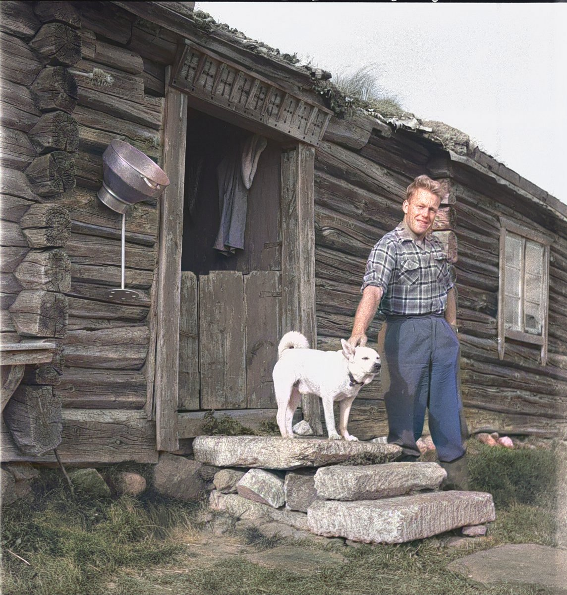 Amund Randen and his Norwegian Buhund - at a summer pasture farm in Folldal, Hedmark, Norway - in 1959. | Photo: Per Magne Grue - Anno Musea i Nord-Østerdalen cc by DeOldify.