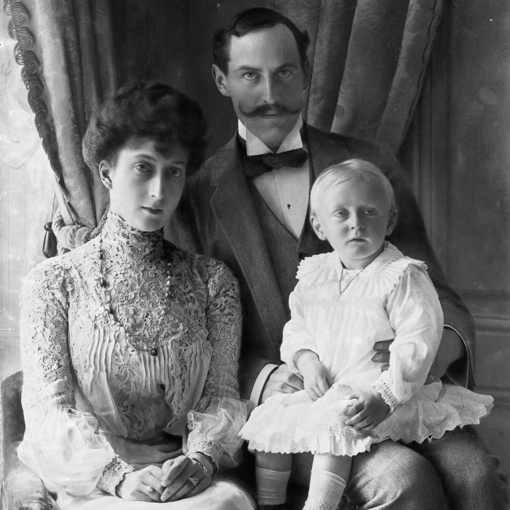 King Haakon 7, Queen Maud, and Crown Prince Olav in 1905. | Photo: Sophus  Juncker-Jensen - Norsk Folkemuseum cc pdm.