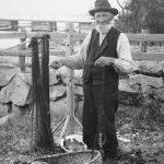 A man mending his fishing nets in 1904. | Photo: Anders Beer Wilse - Norsk Folkemuseum nb.no cc pdm.