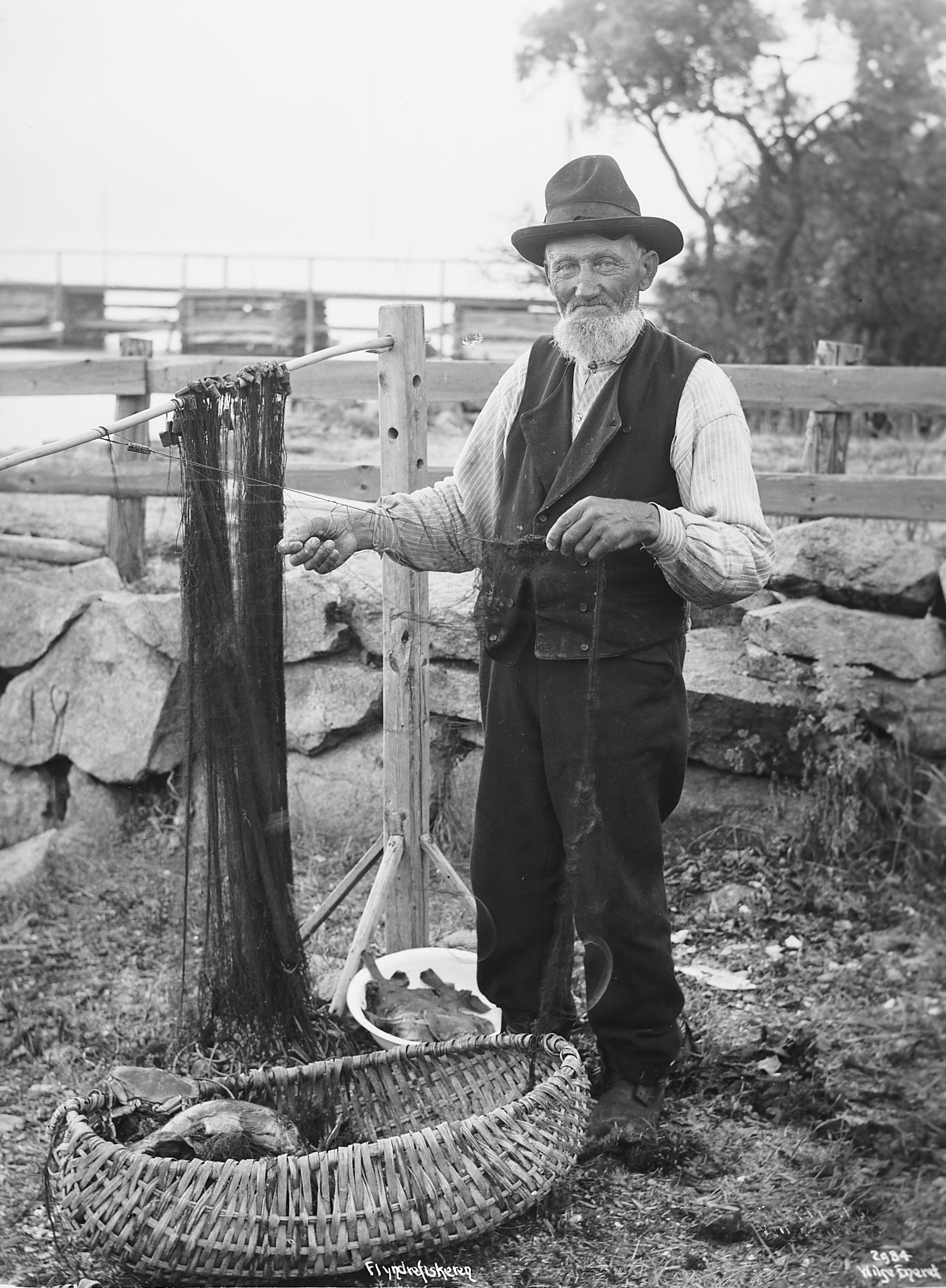 A man mending his fishing nets in 1904. | Photo: Anders Beer Wilse - Norsk Folkemuseum nb.no cc pdm.