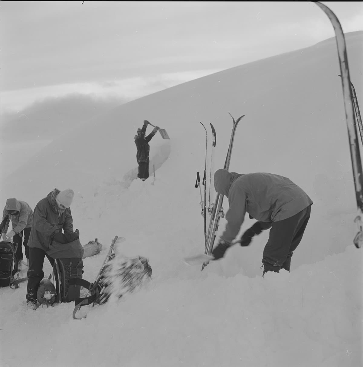 Finding shelter in Rondane in 1973. | Photo: Kristian Hilsen - Mittet & Co. AS nb.no cc pdm.