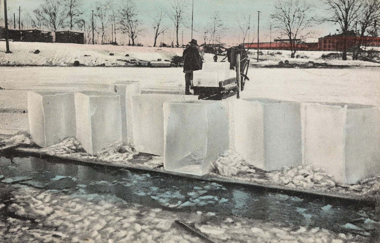Ice cutting, around 1910. | Photo: H. Abel nb.no cc pdm.