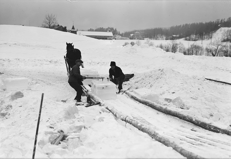 Ice cutting in 1931. | Photo: Henriksen & Steen nb.no cc pdm.